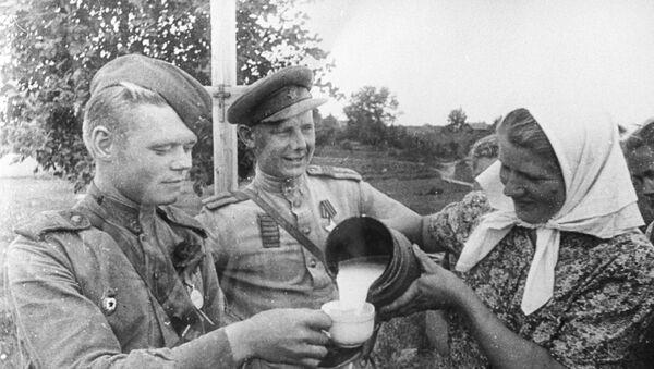 Солдаты Красной Армии после освобождения Риги от гитлеровцев, октябрь 1944 года - Sputnik Латвия