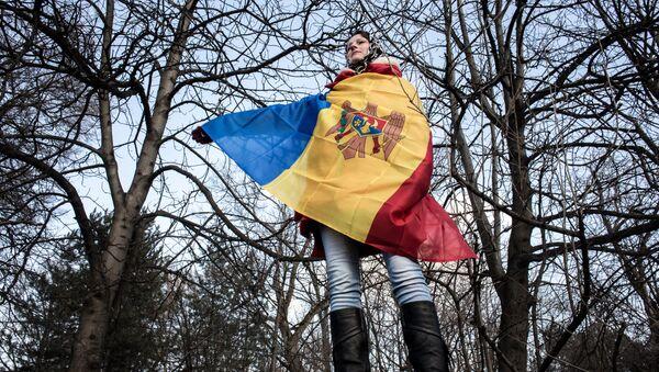Участница акции протеста оппозиции в Кишиневе в национальном флаге Молдовы - Sputnik Latvija