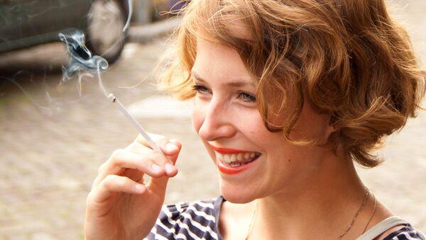 Девушка с сигаретой - Sputnik Латвия