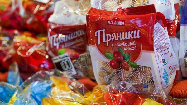 На Рижском рынке открылся прилавок с российскими товарами Из Санкт-Петербурга с любовью - Sputnik Латвия