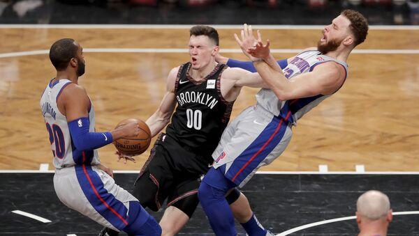 Латвийский баскетболист Родион Куруц (в центре) в третьей четверти матча против Детройт Пистонс 11 марта 2019 года в Нью-Йорке - Sputnik Латвия