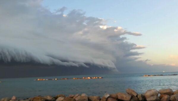 Облако над Адриатикой напугало итальянцев - видео - Sputnik Латвия