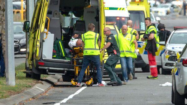 Эвакуация пострадавшего от стрельбы в мечети в Новой Зеландии - Sputnik Латвия
