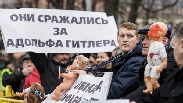 Андрей Пагор на акции антифашистов против шествия легионеров в Риге - Sputnik Латвия