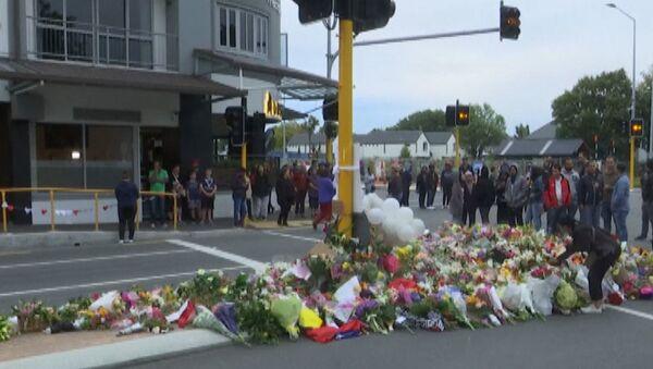 Цветы и свечи в память о жертвах стрельбы в Крайстчерче - Sputnik Латвия