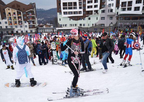 Участники высокогорного карнавала BoogelWoogel-2019 во время спуска с горы в карнавальных костюмах на горнолыжном курорте Роза Хутор в Сочи - Sputnik Латвия