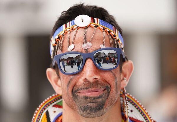 Участник высокогорного карнавала BoogelWoogel-2019 во время спуска с горы в карнавальных костюмах на горнолыжном курорте Роза Хутор в Сочи - Sputnik Латвия