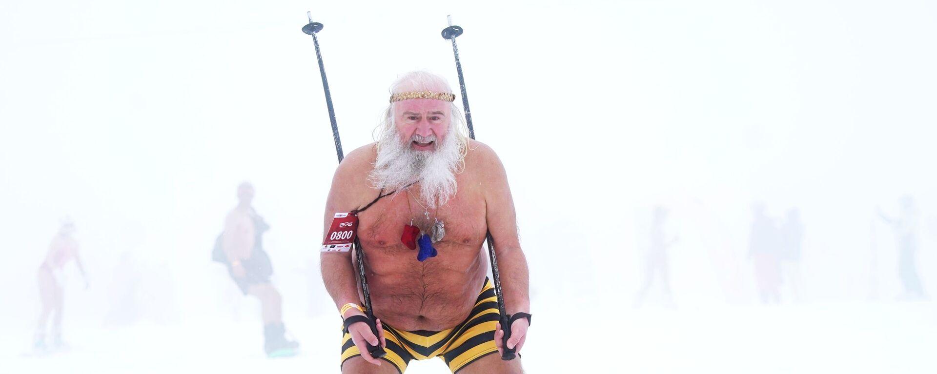 Участник высокогорного карнавала BoogelWoogel-2019 во время массового спуска с горы в купальниках на горнолыжном курорте Роза Хутор в Сочи - Sputnik Латвия, 1920, 17.02.2021