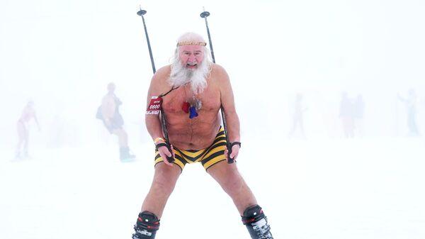 Участник высокогорного карнавала BoogelWoogel-2019 во время массового спуска с горы в купальниках на горнолыжном курорте Роза Хутор в Сочи - Sputnik Latvija