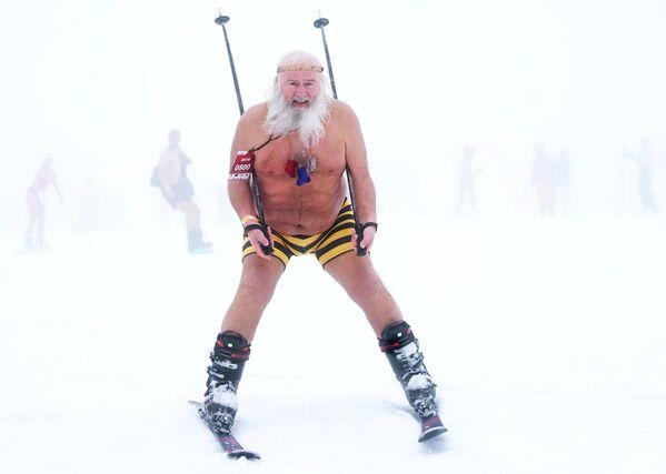 Участник высокогорного карнавала BoogelWoogel-2019 во время массового спуска с горы в купальниках на горнолыжном курорте Роза Хутор в Сочи - Sputnik Латвия
