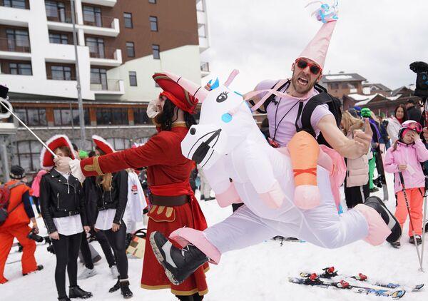 Участники высокогорного карнавала BoogelWoogel-2019 после спуска с горы в карнавальных костюмах на горнолыжном курорте Роза Хутор в Сочи - Sputnik Латвия