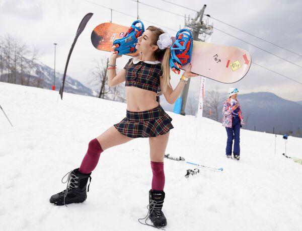 Участница высокогорного карнавала BoogelWoogel-2019 во время спуска с горы в карнавальных костюмах на горнолыжном курорте Роза Хутор в Сочи - Sputnik Латвия