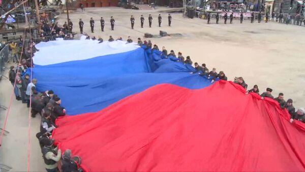 Триколор на Гасфорте: самый большой флаг России развернули в Крыму - Sputnik Латвия