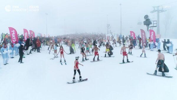 В бикини на лыжах: фестиваль BoogelWoogel - видео - Sputnik Латвия