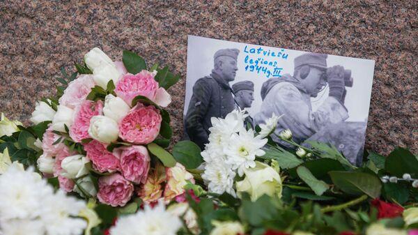 Фотография латвийских легионеров Waffen SS среди цветов у Памятника Свободы - Sputnik Latvija