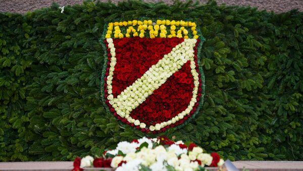 Шеврон латвийского легиона Waffen SS из цветов у Памятника Свободы - Sputnik Латвия
