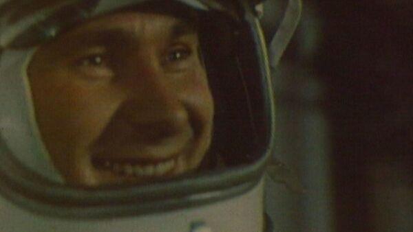 Алексей Леонов - первый человек в открытом космосе - Sputnik Латвия