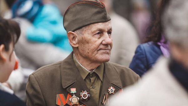 Ветеран в форме Красной армии - Sputnik Латвия