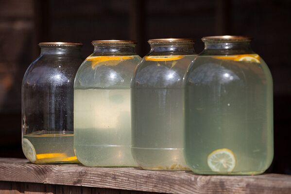 Для брожения и вкуса в березовый сок добавляют лимон, изюм, апельсин - Sputnik Латвия