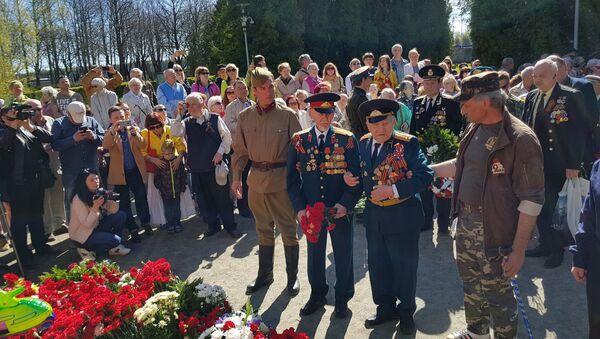 Ветераны возлагают венки к памятнику - Sputnik Латвия