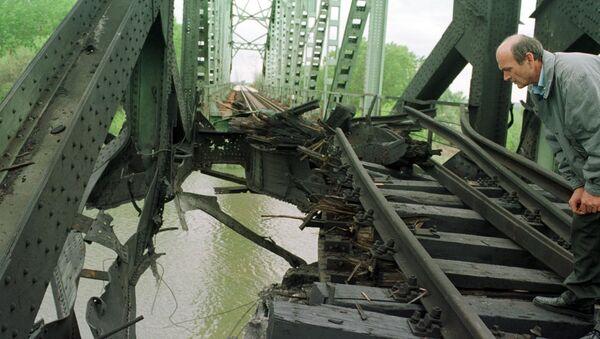 Разрушенный мост на реке Саве в пригороде Белграда Остружнице - Sputnik Латвия