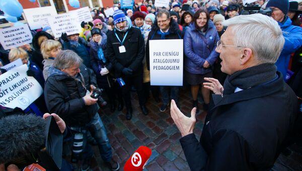Премьер Кришьянис Кариньш на акции протеста Латвийского профсоюза работников образования и науки - Sputnik Latvija