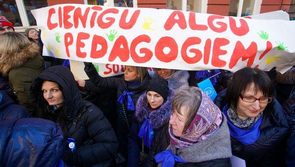 Акция протеста Латвийского профсоюза работников образования и науки с требованием выполнения ранее утвержденного графика повышения зарплат - Sputnik Latvija