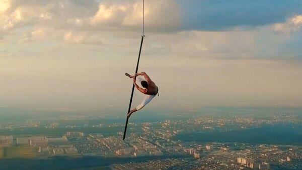 Отчаянный танец на шесте в небесах - видео - Sputnik Латвия