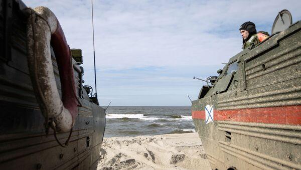 Военнослужащий береговых войск Балтийского флота во время тактических учений в Калининградской области - Sputnik Latvija