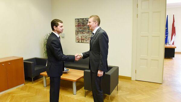 Глава МИД Латвии Эдгарс Ринкевичс поздравил со вступлением в должность нового посла Украины в Латвии Александра Мищенко - Sputnik Латвия