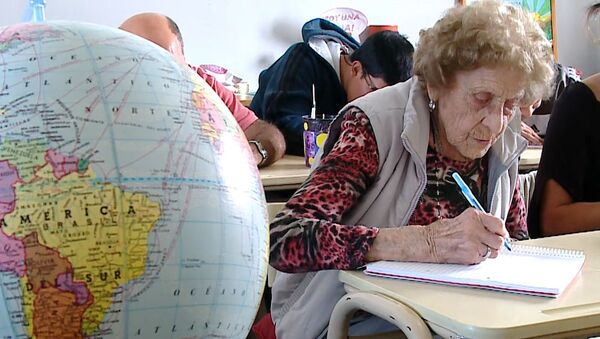 В школу в 99 лет - Sputnik Латвия