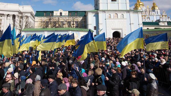 Люди слушают предвыборную речь президента Украины Петра Порошенко на Михайловской площади в Киеве - Sputnik Латвия