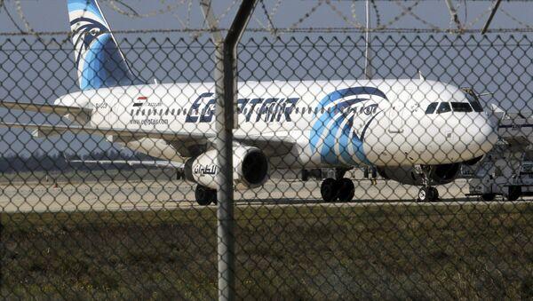 Захваченный аэробус Air А320 на взлетной полосе в аэропорту Ларнаки - Sputnik Латвия