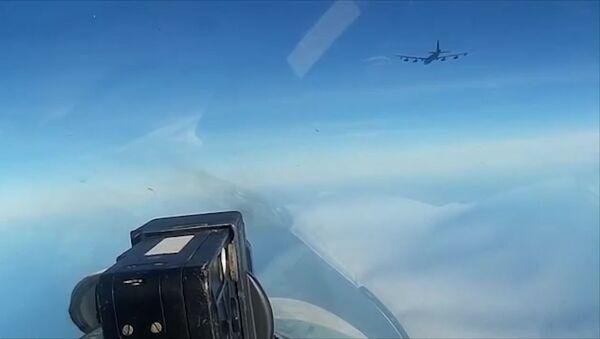 Сопровождение бомбардировщика США над Балтикой. Кадры Минобороны - Sputnik Латвия