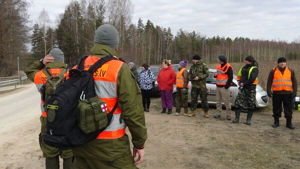 Добровольцы Bezvests.lv. ведут поиски пропавшего в Олайне регбиста Дависа Перконса - Sputnik Латвия