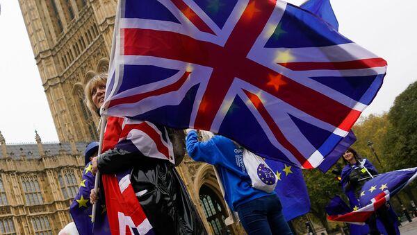 Девушка с флагами Великобритании и ЕС - Sputnik Latvija