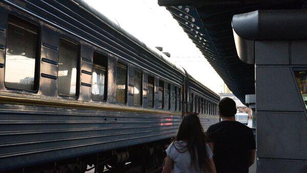 Поезд на железнодорожном вокзале в Киеве - Sputnik Латвия
