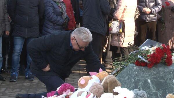В Кемерове год спустя вспоминают жертв пожара в ТЦ Зимняя вишня - Sputnik Латвия