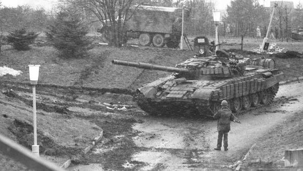 События в Вильнюсе 11— 13 января 1991 года.  Военная техника у вильнюсской телебашни. - Sputnik Латвия