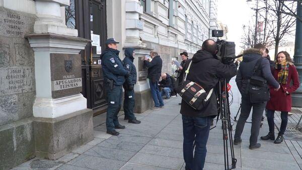 Российскую прессу не пустили на суд в Литве - кадры от входа в здание - Sputnik Латвия