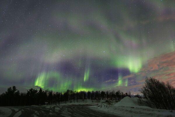 Ziemeļblāzma Uras upes apkaimē Murmanskas apgabalā. - Sputnik Latvija