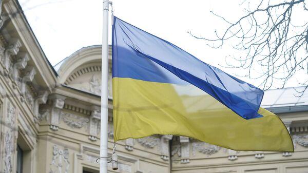Флаг Украины у здания посольства в Риге - Sputnik Latvija