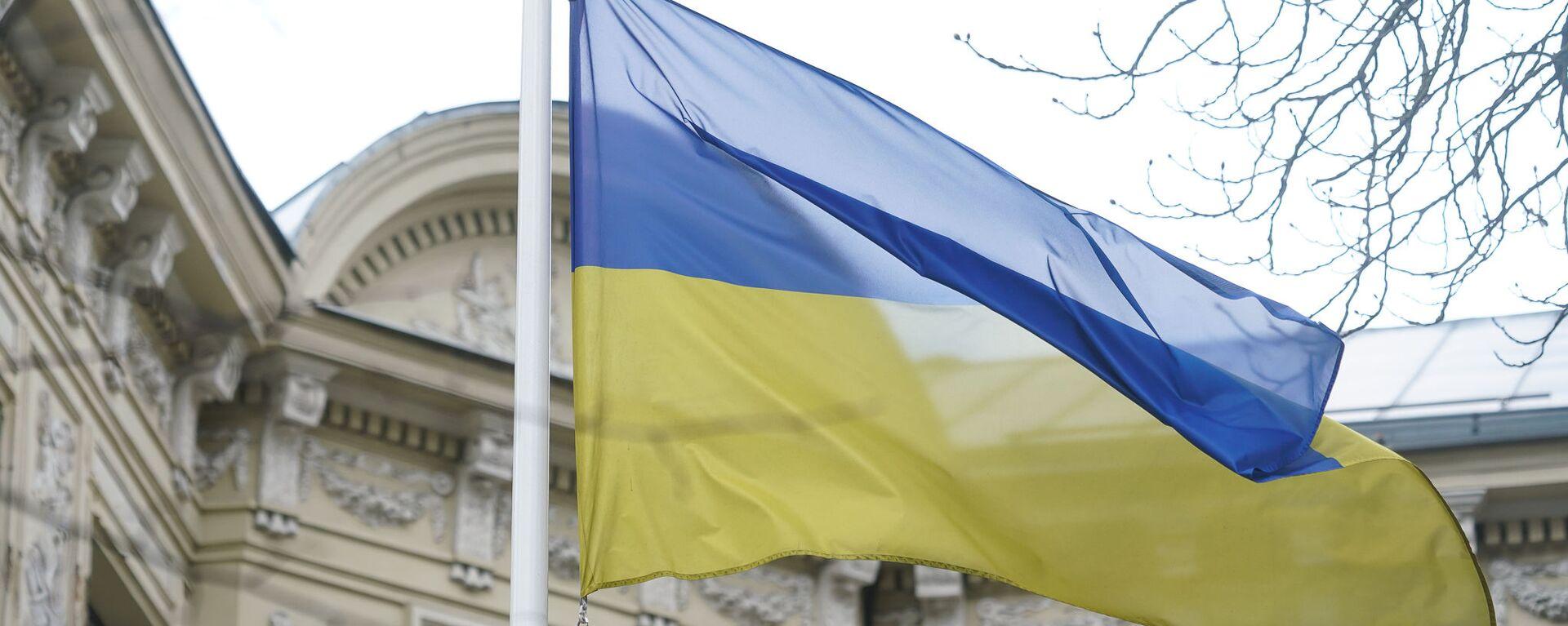 Флаг Украины у здания посольства в Риге - Sputnik Latvija, 1920, 20.08.2021