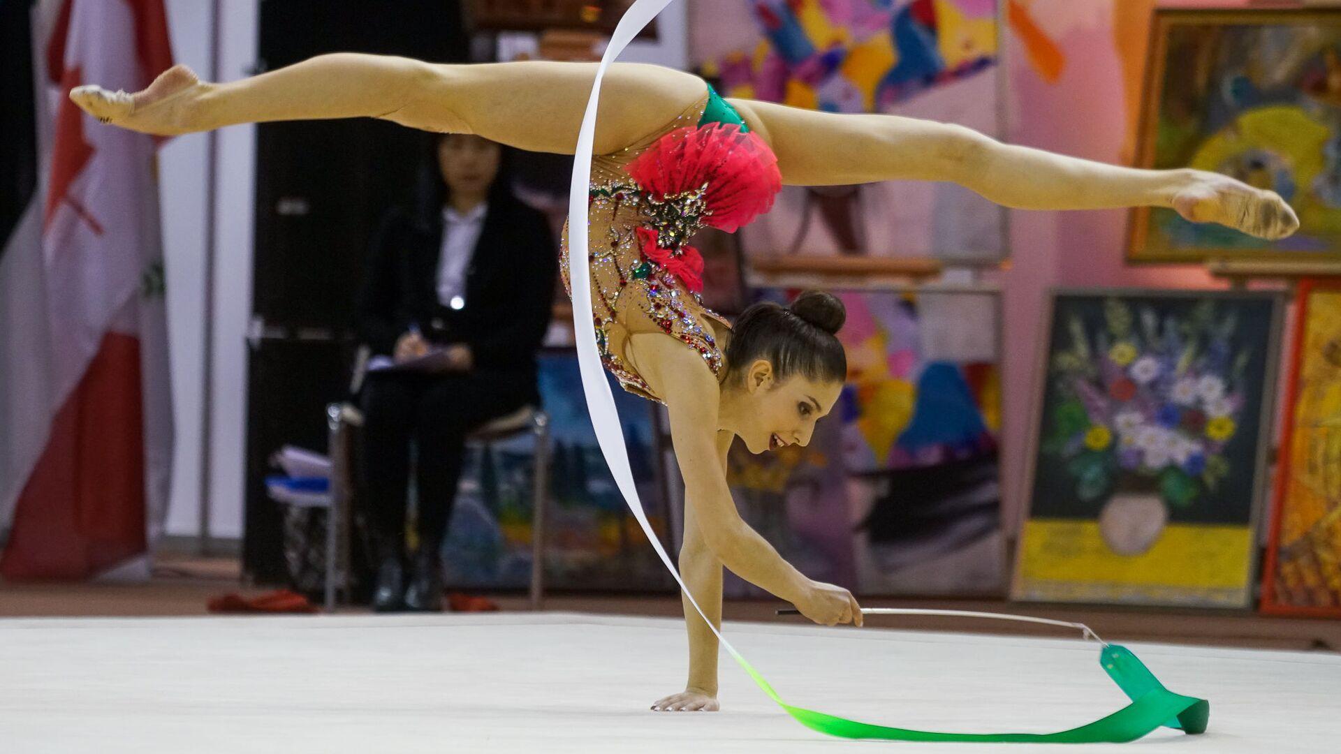 Латвийка Елизавета Полстяная выполняет упражнение с лентой - Sputnik Латвия, 1920, 03.06.2021