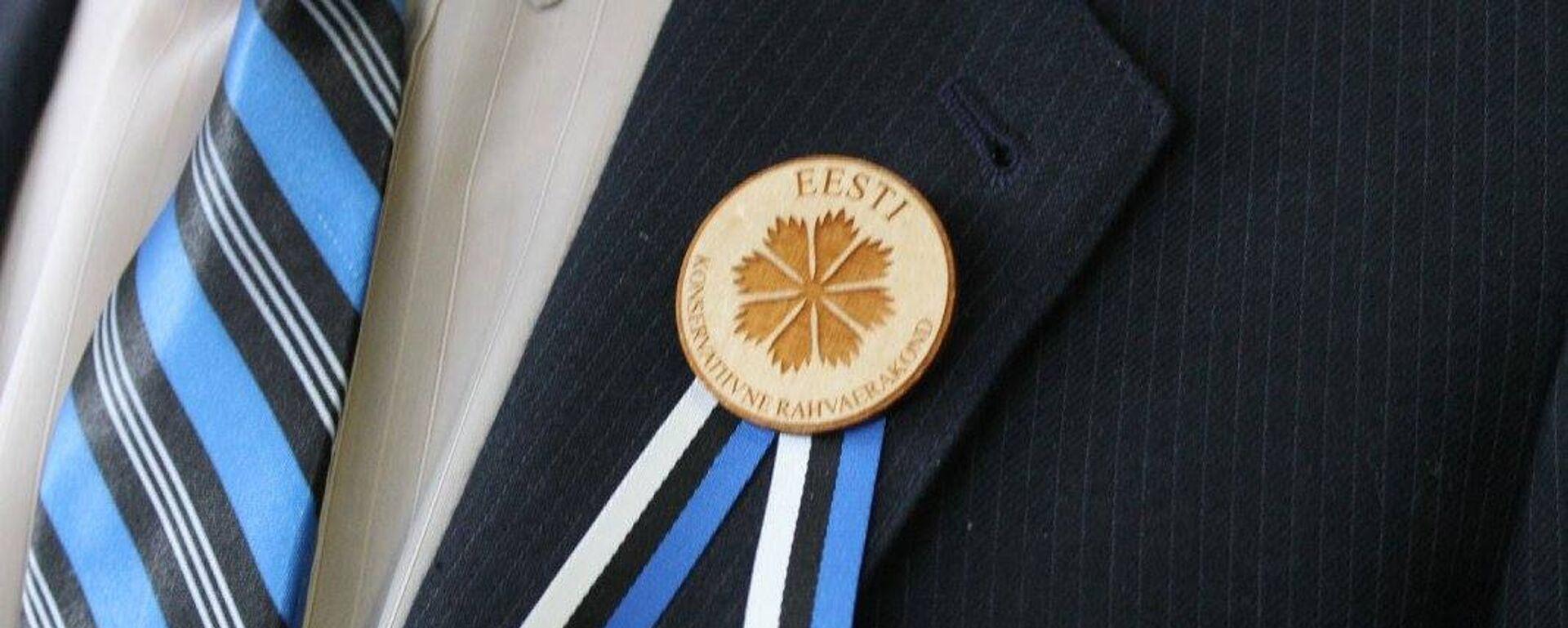 Значок с символикой Консервативной партии Эстонии (EKRE) - Sputnik Латвия, 1920, 04.04.2019