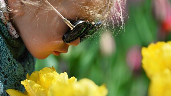 Ребенок в Никитском ботаническом саду в Крыму - Sputnik Latvija