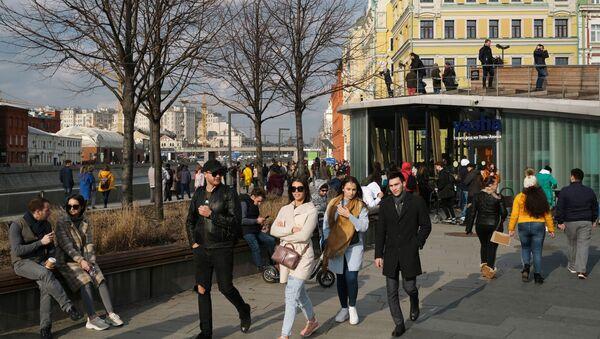 Люди гуляют по Крымской набережной в Москве, архивное фото - Sputnik Латвия
