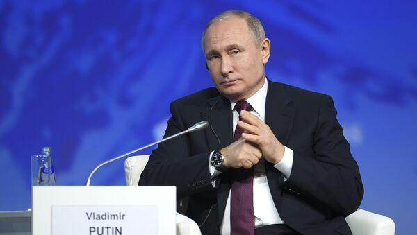 Президент РФ Владимир Путин на пленарном заседании V Международного арктического форума Арктика – территория диалога в Санкт-Петербурге - Sputnik Латвия