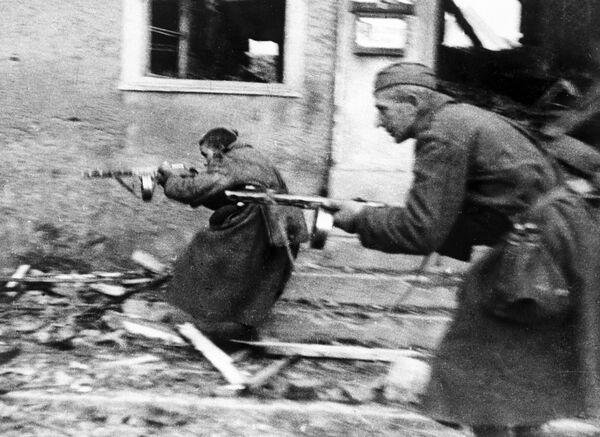 Советские солдаты ведут бой на улицах Ширвиндта, 1944 год - Sputnik Латвия