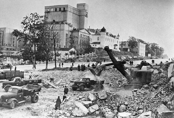 Жители Минска разбирают руины на проспекте Ленина, 1945 год - Sputnik Латвия